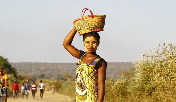 femme malgache avec un masque traditionnel