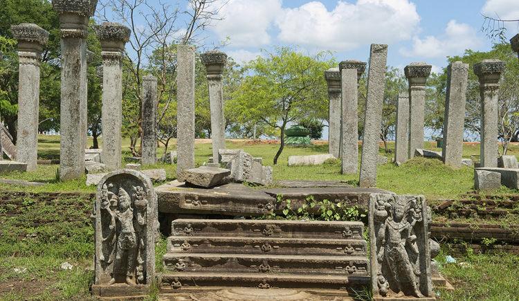 ruine de la cite sacre Anuradhapura
