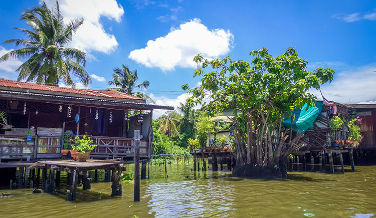 maisons traditionnelles en bord de Klongs