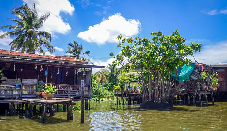 maisons traditionnelle en bord de Klongs