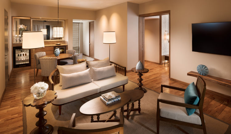 Guest room garden view suite salon